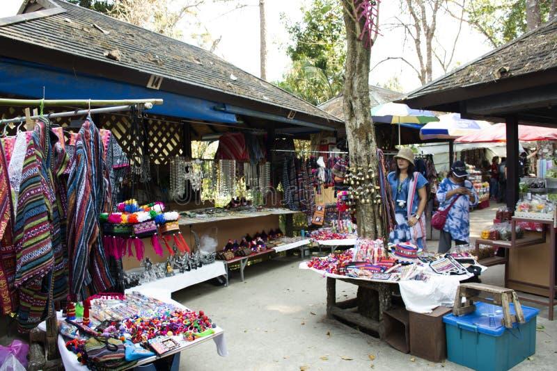 Lokalen shoppar gatamarknaden Doi Tung Royal Villa och Mae Fah Luang Garden i Chiang Rai, Thailand arkivbild