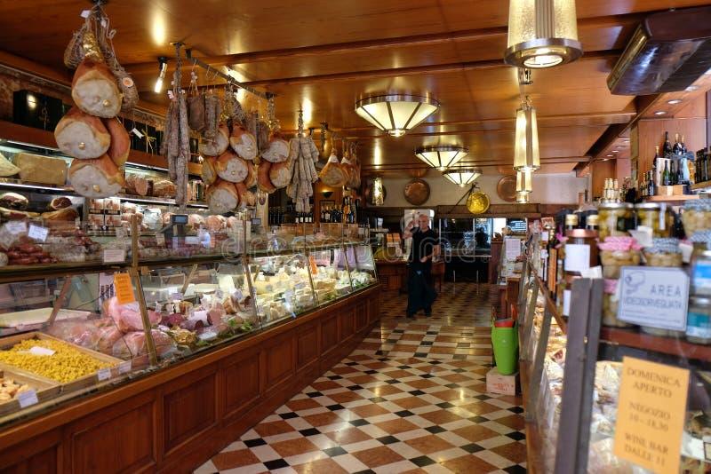Lokalen shoppar i bolognaen, Italien royaltyfri fotografi