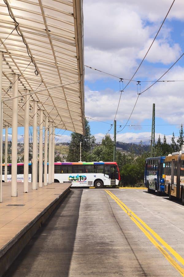Lokaler allgemeiner Bus mit Quito-Zeichen auf der Seite in Quito, Ecuador stockfotos