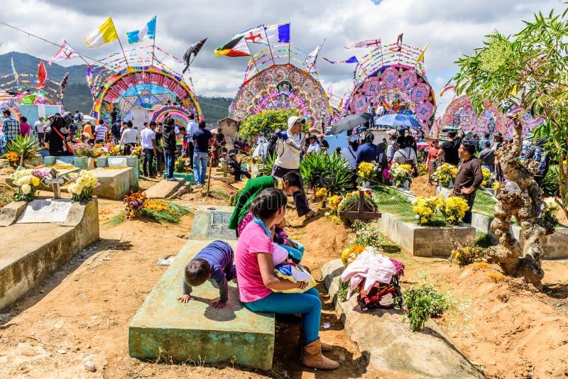 Lokaler i kyrkogården, jätte- drakefestival, Santiago Sacatepequez, royaltyfri bild