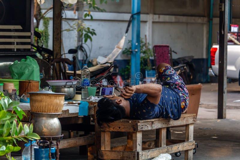 Lokaler Mann, der in Bangkok sich entspannt lizenzfreie stockfotos