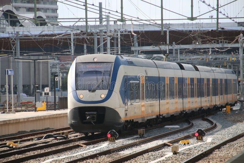Lokaler Stadtbahnzug SLT am Bahnhof Zwolle in den Niederlanden stockbilder