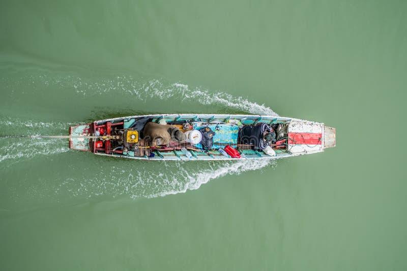 Lokales Boot in Songkalia-Fluss Sangklaburi Thailand lizenzfreies stockfoto