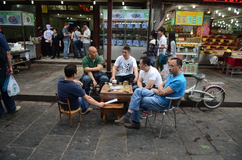 Lokales chinesisches Volk, das draußen trinkt stockbild
