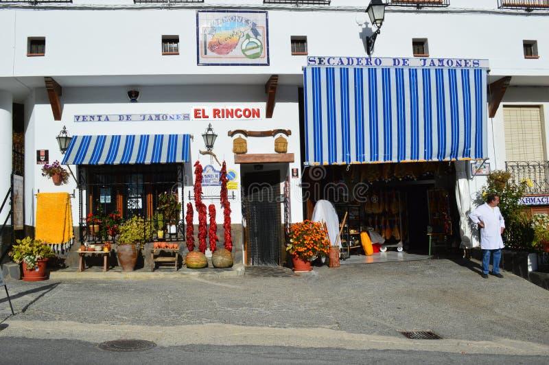Lokales Feinkostgeschäft und Ladenbesitzer in Trevélez-Dorf in Las Alpujarras lizenzfreies stockbild