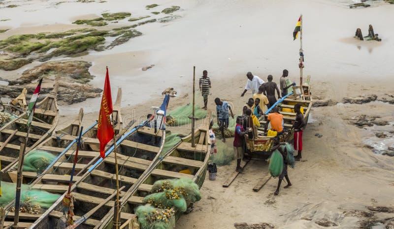 Lokalinvånare nära fiskebåten i Ghana royaltyfri bild