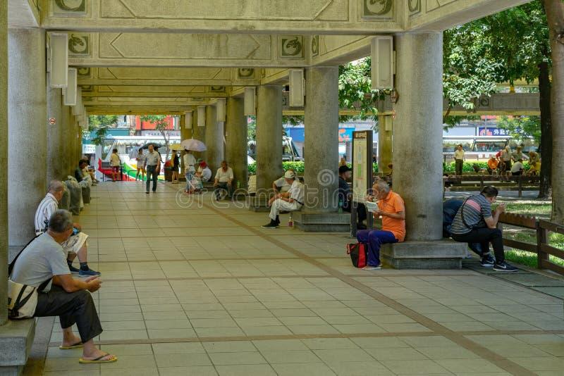 Lokalinvånare vilar i Bangkaen parkerar (också Mangka, Mengjia och Mengxia parkerar), royaltyfri foto