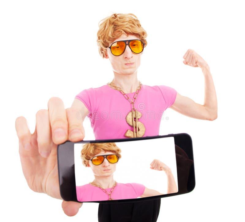 Lustiger Machokerl, der ein Selbstporträt mit intelligentem Telefon nimmt stockfotos
