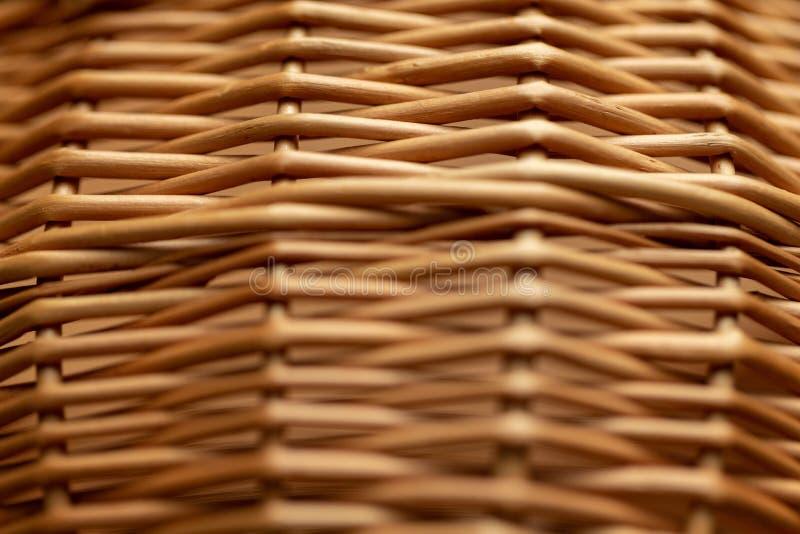 Lokalisiert auf einem weißen Hintergrund Hölzerner Korb Rattankorb Detail eines Rattankorbes Weidenoberfläche lizenzfreie stockbilder