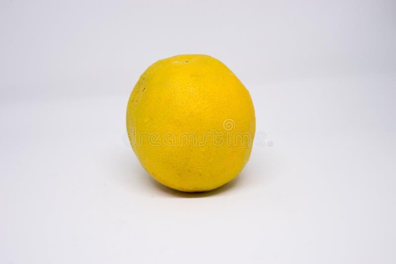 Lokalisiert auf weißem Hintergrund von geschlossen herauf Zitrone lizenzfreie stockbilder