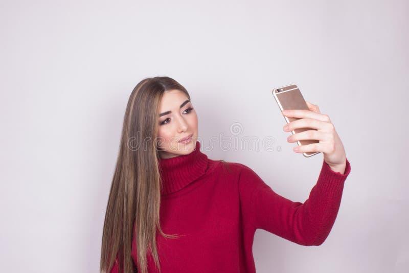 Lokalisiert auf weißes Mädchen selfie nettem Spaß lizenzfreie stockbilder