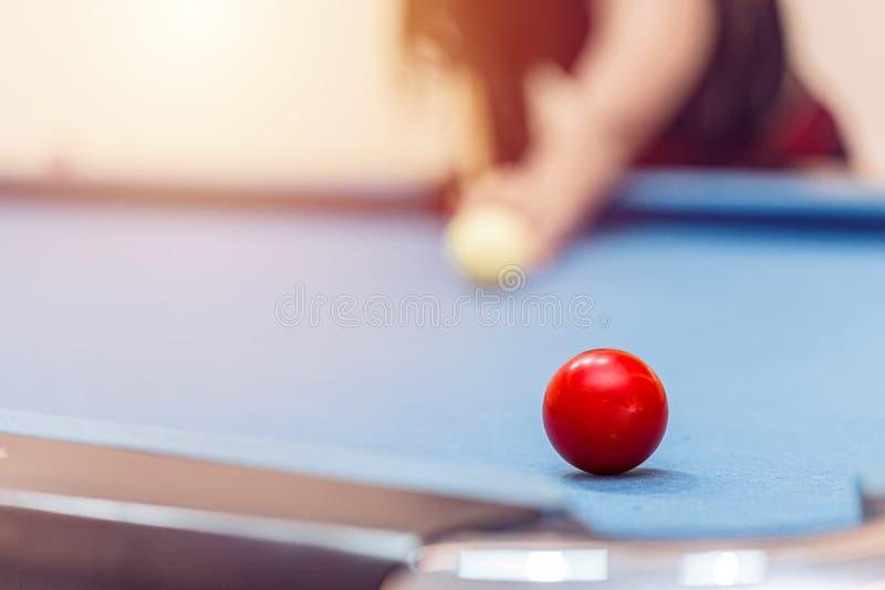 Lokalisiert ?ber wei?em Hintergrund Spielen von Billard oder von Pool-Snooker lizenzfreie stockfotos