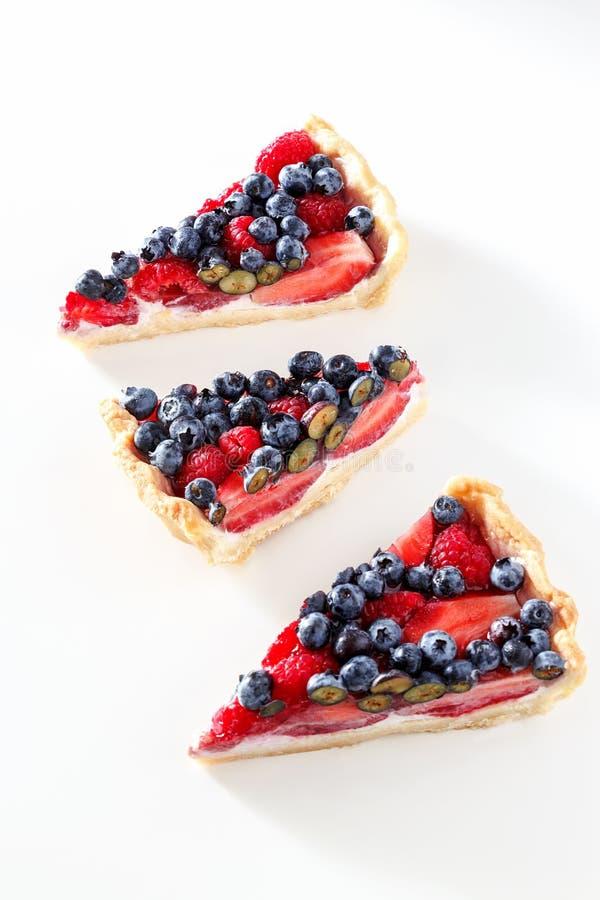 Lokalisiert drei Stück des scharfen Kuchens des Ricotta mit frischer Beere lizenzfreies stockbild