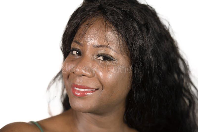Lokalisiert nah herauf Porträt junger glücklicher und schöner Schwarzafrikaner Amerikanerin, die sorgloses Gefühl positives schau lizenzfreies stockbild