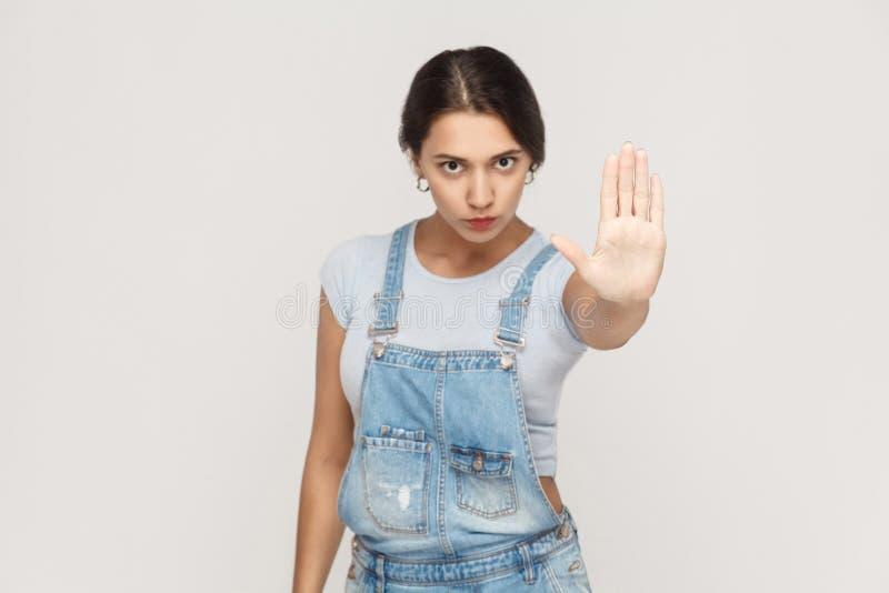 Lokalisierte Atelieraufnahme auf grauem Hintergrund Junge gestörte Frau w lizenzfreies stockfoto