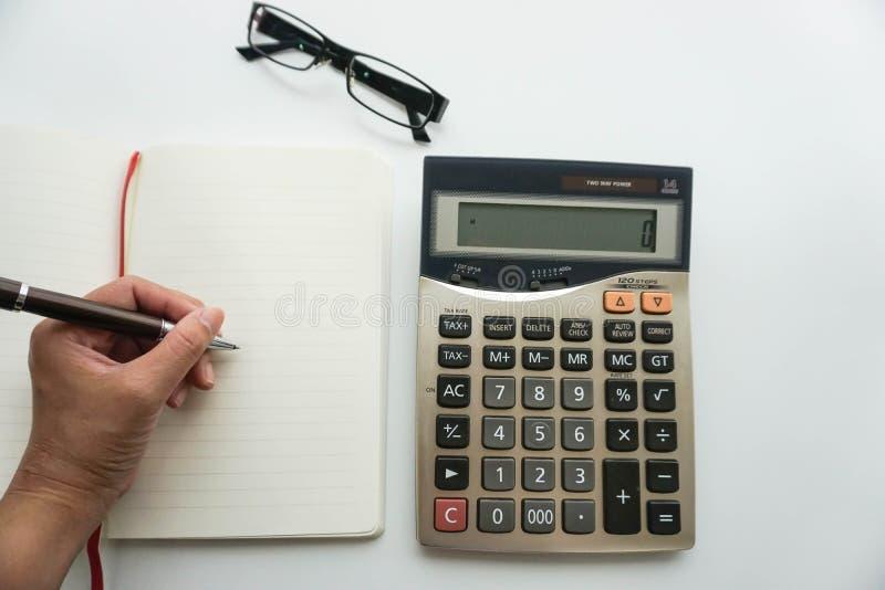 Lokalisierte Buchhalterarbeit über Budget mit Taschenrechner stockbilder