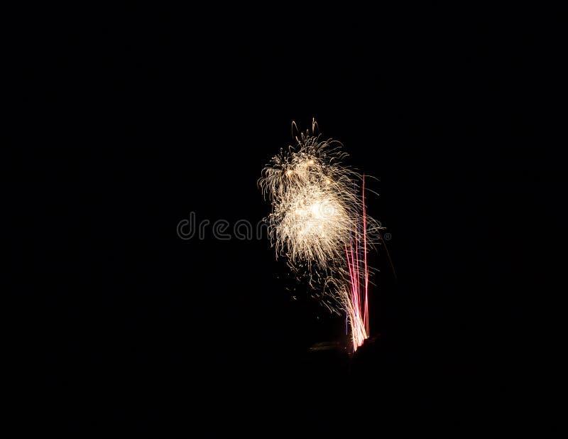 Lokalisierte Feuerwerke auf einem schwarzen Hintergrund lizenzfreie stockfotos