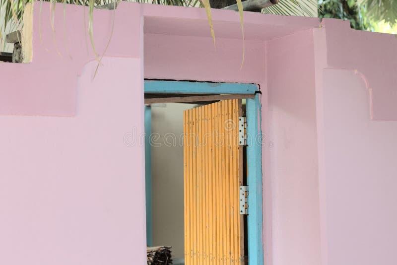 Lokalisierte gelbe Tür eines violetten und blauen Hauses stockbilder