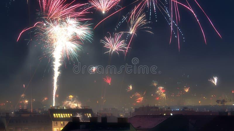 Lokalisierte guten Rutsch ins Neue Jahr-Feuerwerke über den Dächern von Wien in Österreich stockbild