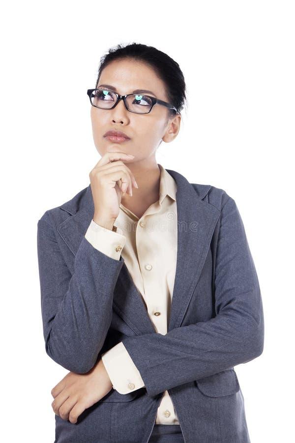 Lokalisierte junge Geschäftsfrau Thinking lizenzfreie stockfotografie