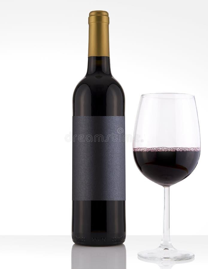 Lokalisierte Rotwein-Flasche in einem weißen Hintergrund und in einem schwarzen Aufkleber lizenzfreies stockbild