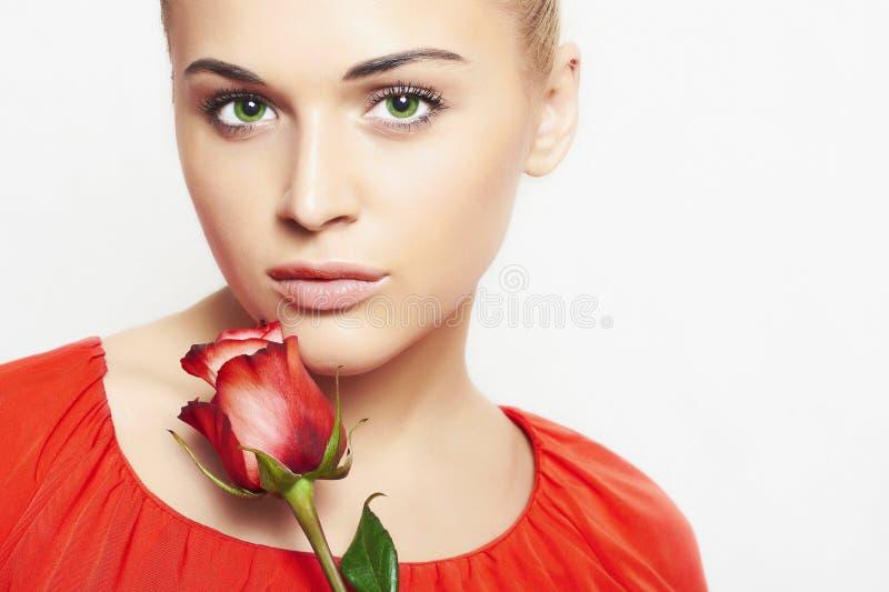 Lokalisierte Schönheit mit Blumen Mädchen und Blume Schönes blondes Mädchen im roten Kleid Glückliches junges Mädchen, das Tasche stockfoto