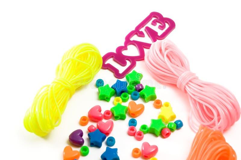 Lokalisierte Toy Bracelet Making-Ausrüstungen für Kinder mit Liebe lizenzfreies stockfoto