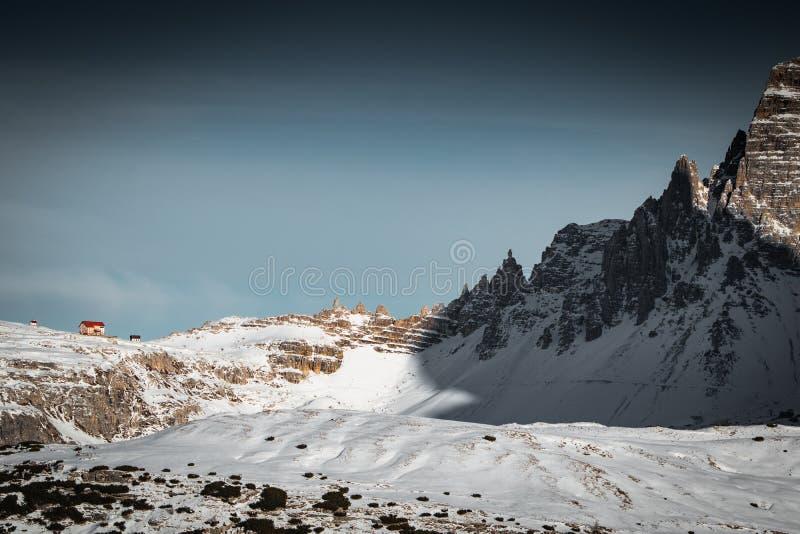 Lokalisierter Abschluss Kabine Tre cime di Lavaredo Berg oben, Ansicht von monte piana, Dolomit Italien lizenzfreie stockbilder