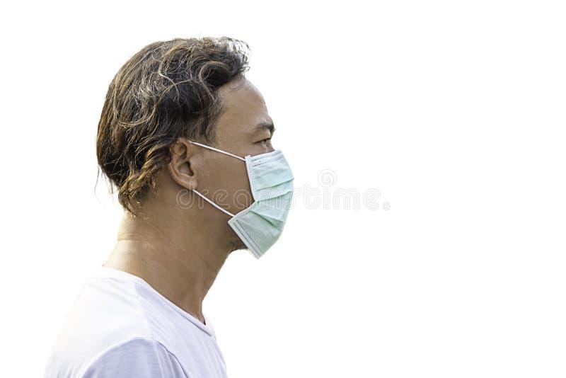 Lokalisierter Asean-Mann eine Maske tragen, um Staub auf einem weißen Hintergrund mit Beschneidungspfad zu verhindern lizenzfreie stockbilder