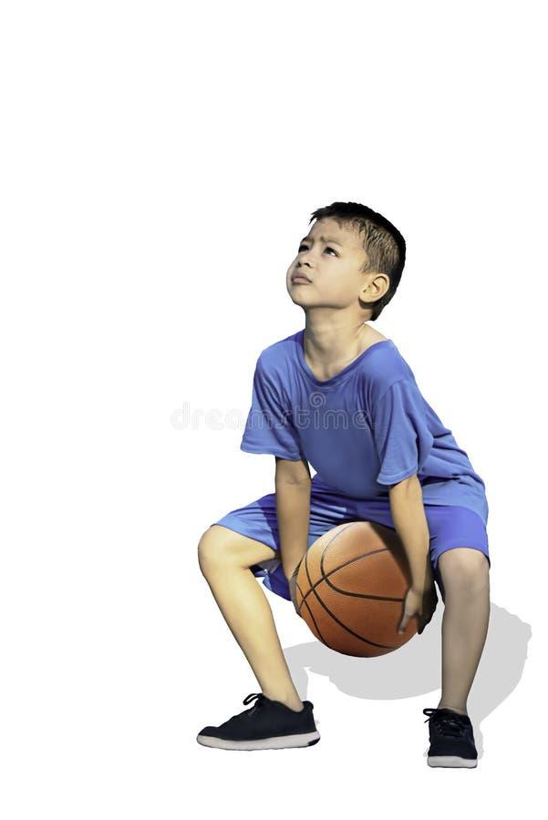 Lokalisierter asiatischer Junge, der einen Basketball auf einem weißen Hintergrund mit Beschneidungspfad hält lizenzfreie stockbilder