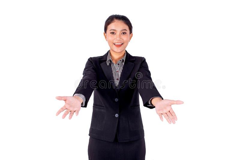 Lokalisiertes asiatisches Geschäftsmädchen hat Aktion des Einladungskonzeptes durch offenes die Palme der Hand vorwärts und steht stockfotografie