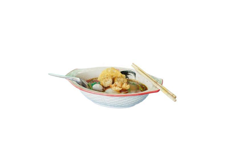 Lokalisiertes Bild der würzigen Nudel mit roter Soße und Suppe in einer keramischen Schüssel auf weißem Hintergrund Populäres Nud lizenzfreie stockfotos