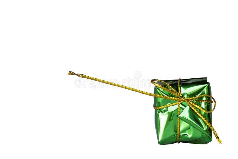 Lokalisiertes Geschenkboxgrün für die Festlichkeiten auf einem weißen backgroun lizenzfreie stockfotos