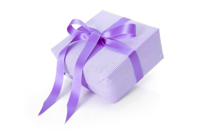 Lokalisiertes giftbox mit purpurrotem gestreiftem Packpapier - Weihnachten lizenzfreie stockfotos