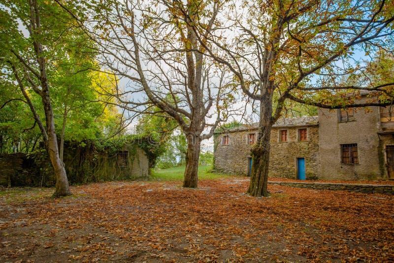 Lokalisiertes Haus im Wald im Herbst, Italien lizenzfreie stockbilder