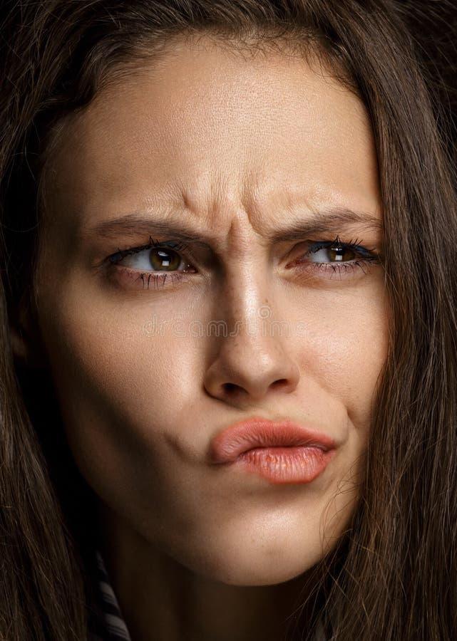 Lokalisiertes junges hübsches Frauendenken des Porträts lizenzfreies stockfoto