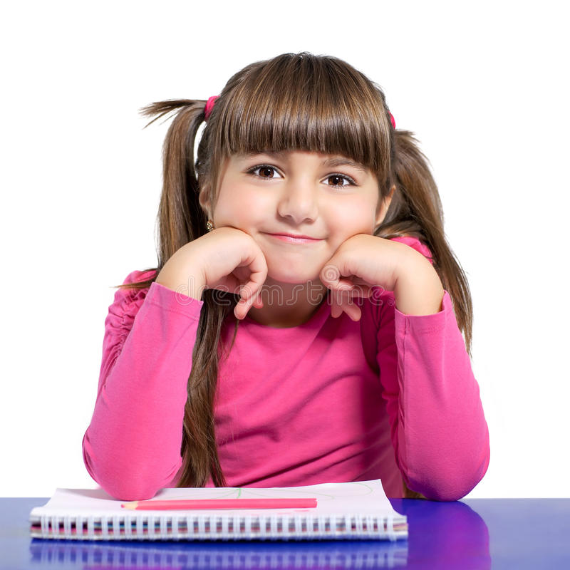 Lokalisiertes kleines Mädchen sitzt am Tisch mit farbigem Bleistift stockbild