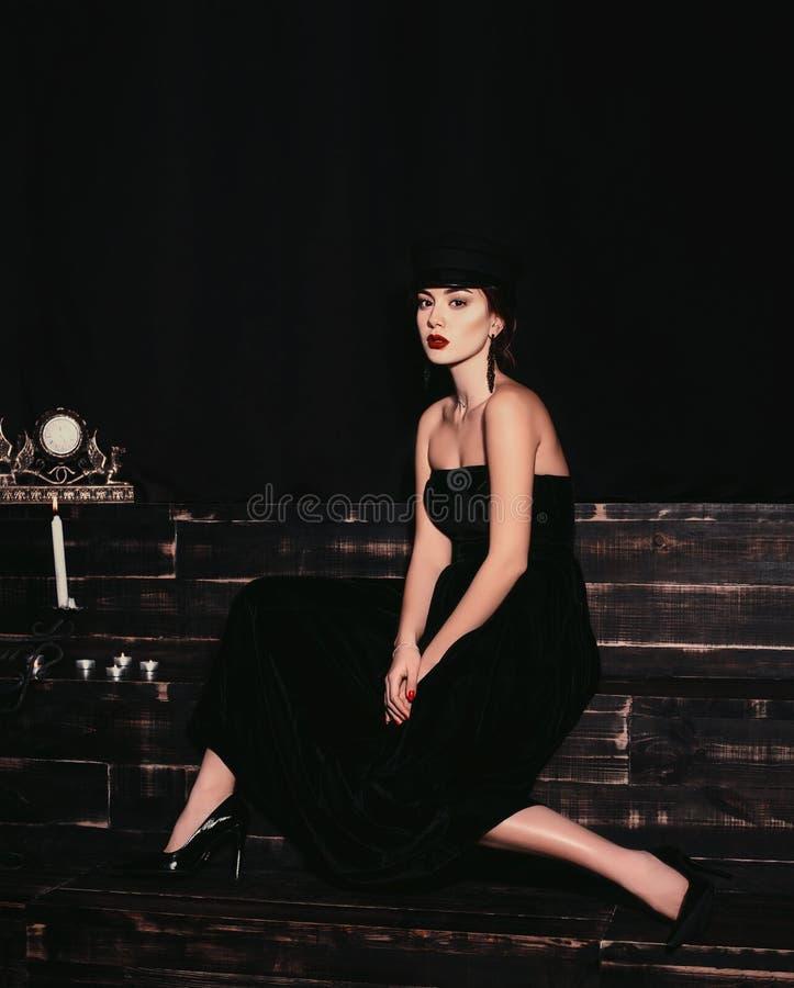Lokalisiertes Modeporträt eines schönen und stilvollen kaukasischen Mädchens auf einem schwarzen Hintergrund lizenzfreie stockfotografie