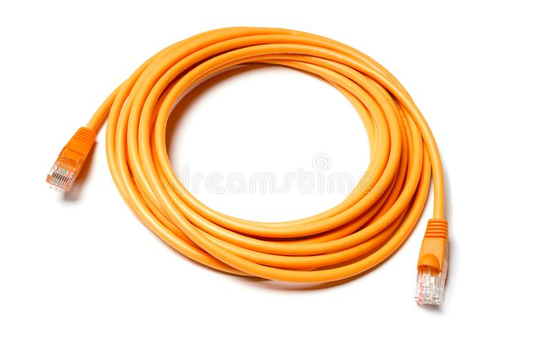 Lokalisiertes orange Verbindungskabelinternet-Kabel auf weißem Hintergrund stockfoto