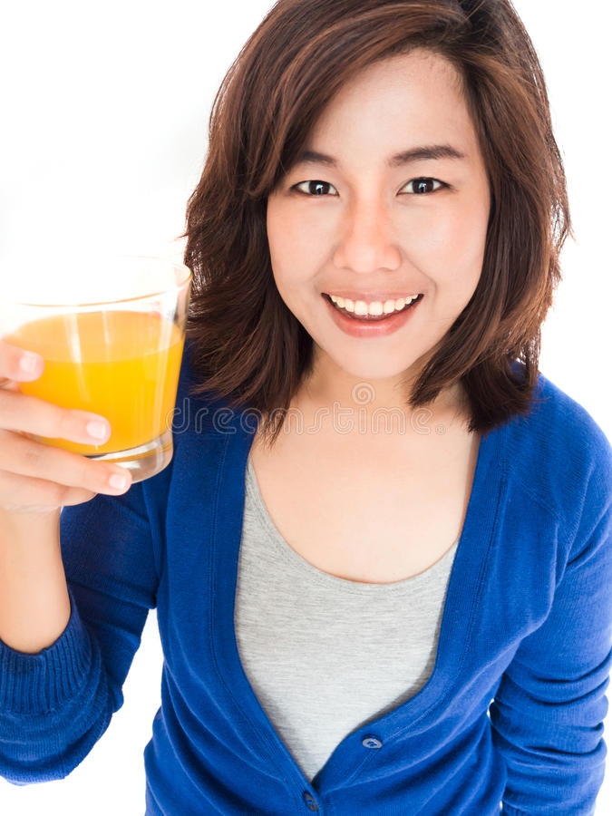 Lokalisiertes Porträt der jungen glücklichen Frau, die Orangensaft-SMI trinkt lizenzfreies stockfoto