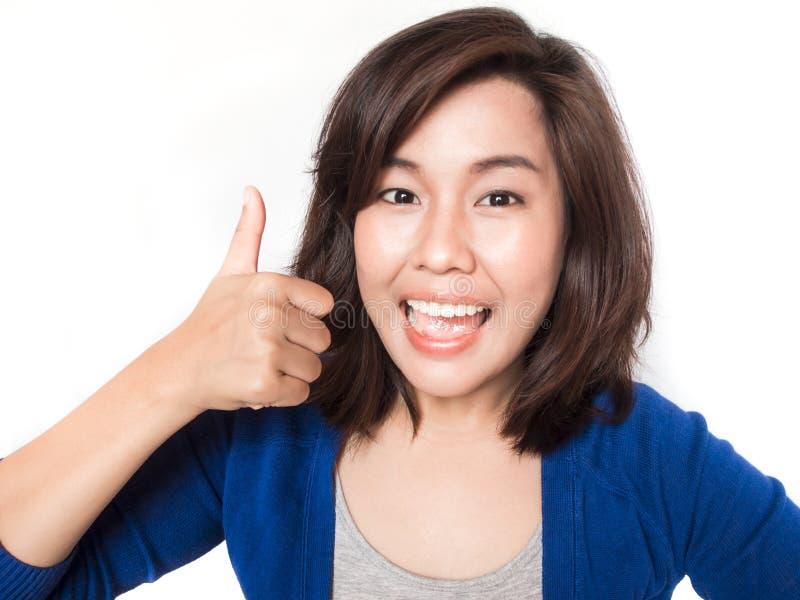 Lokalisiertes Porträt der schönen jungen Erfolgsfrau, die Daumen gibt lizenzfreie stockfotos