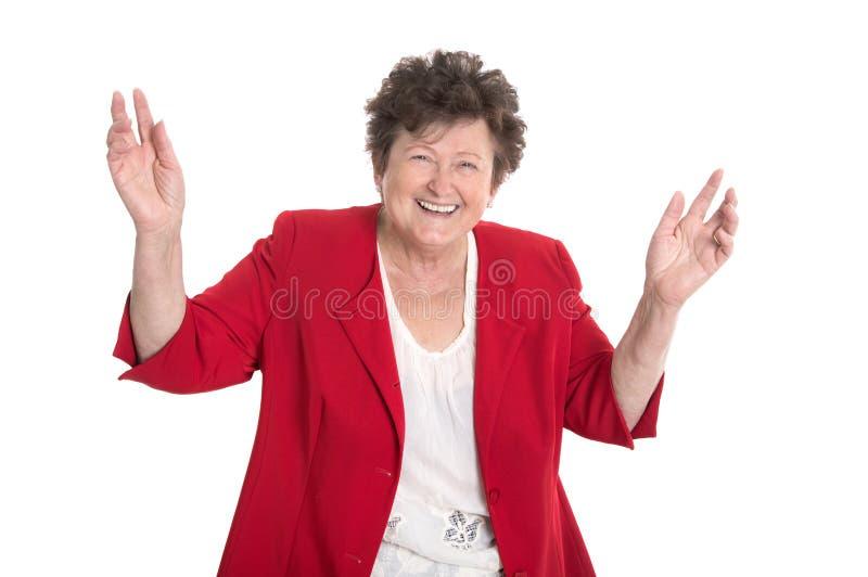 Lokalisiertes Porträt: glückliche und zujubelnde ältere Dame in der roten Jacke stockfotos