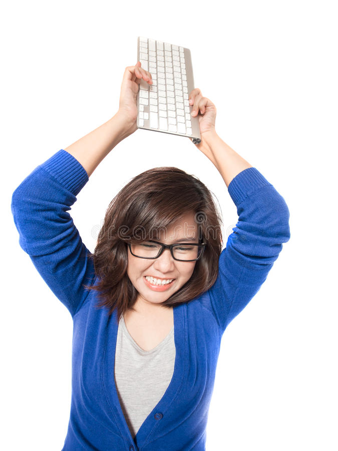 Lokalisiertes Porträt von Jungen betonen Frau mit Computertastatur auf weißem Hintergrund lizenzfreie stockbilder