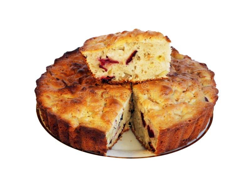 Lokalisiertes süßes Charlotte und Stück des Kuchens mit Äpfeln auf einer weißen Platte lizenzfreies stockbild