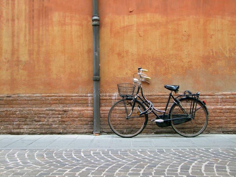 Lokalisiertes schwarzes lady& x27; s-Fahrrad lizenzfreie stockfotografie