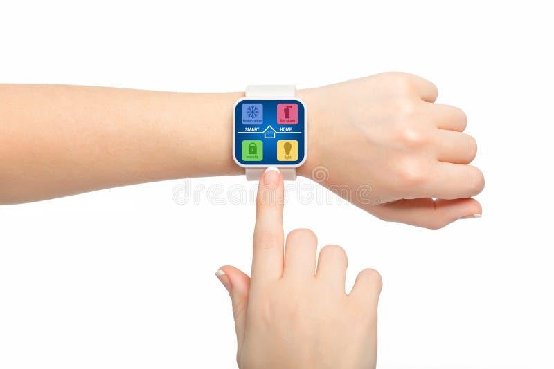 Lokalisiertes weibliche Handweißes smartwatch mit APPintelligentem Hauptschirm lizenzfreie stockfotografie