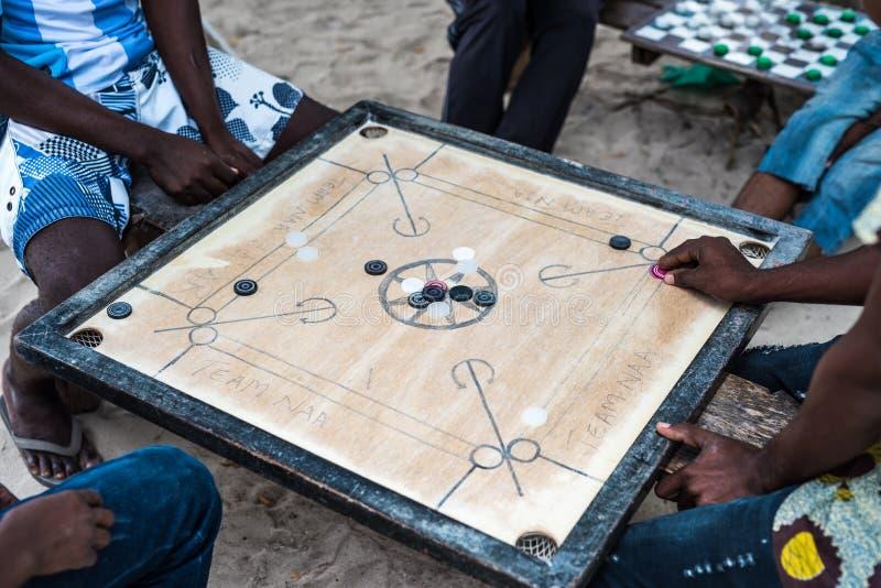 Lokalna gra Zanzibar, ludzie bawić się zdjęcia royalty free