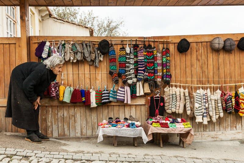 Lokalna kobieta sprzedaje ręcznie robiony wełna produkty jako pamiątka na ulicie w Signagi, Gruzja zdjęcie royalty free