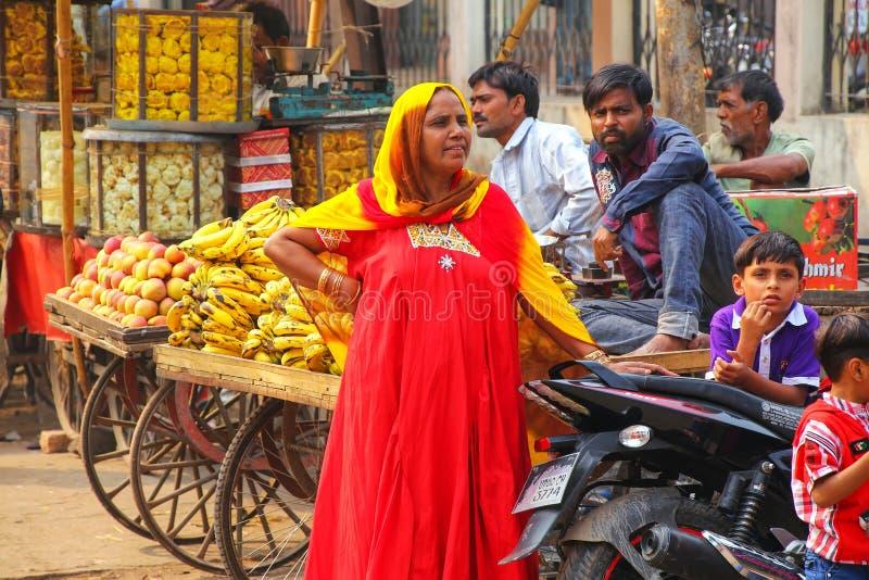 Lokalna kobiety pozycja przy ulicznym rynkiem w Fatehpur Sikri, Utt obraz royalty free