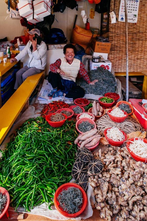 Lokalna Koreańska kobieta sprzedaje świeżych chili pieprze w Jagalchi rynku, Busan fotografia royalty free